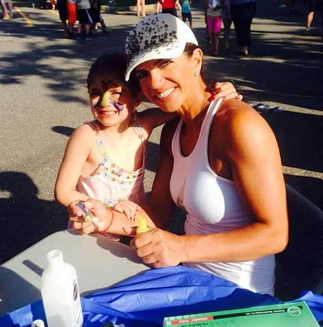 Teresa Giudice Pitches In at Daughters' School Event (PHOTOS)