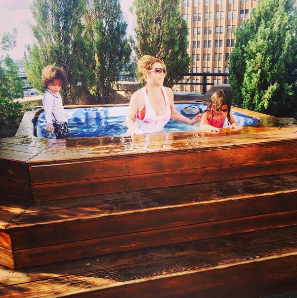 Mariah Carey's 3-Year-Old Twins Take Dip in Jacuzzi (PHOTOS)