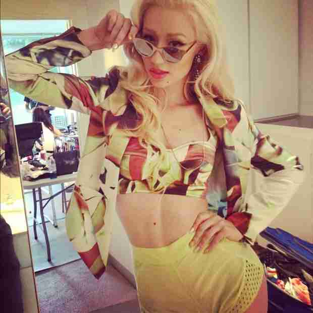"Iggy Azalea Speaks Out on the ""Pettiness Online"" After Supposed Nicki Minaj Diss (VIDEO)"