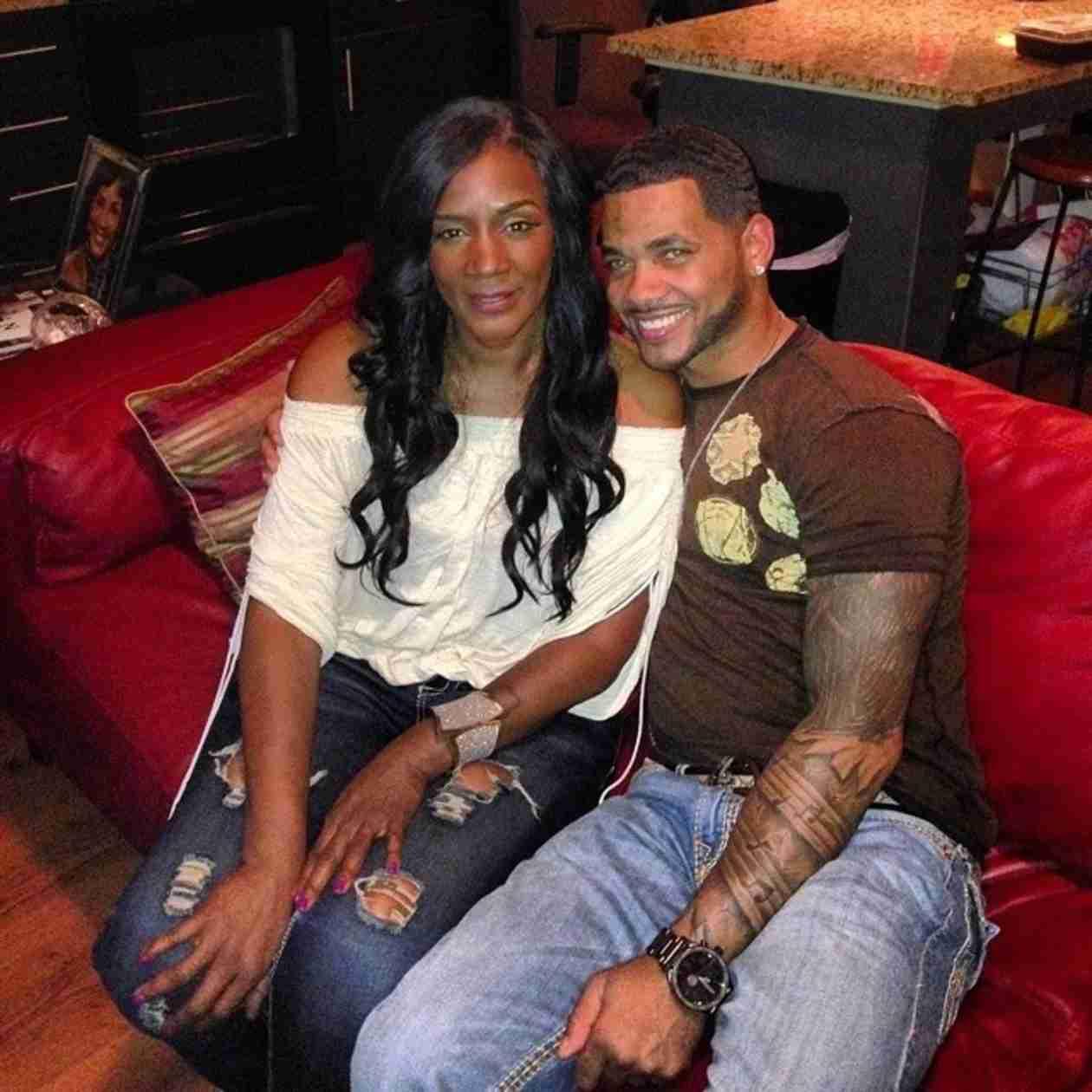 Momma Dee and Andrea Kelly's Estranged Husband Get Cozy (PHOTO)