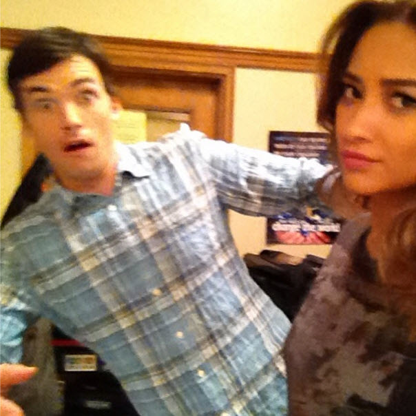 Pretty Little Liars Spoilers: What Are Ezra and Emily Up To? (PHOTO)