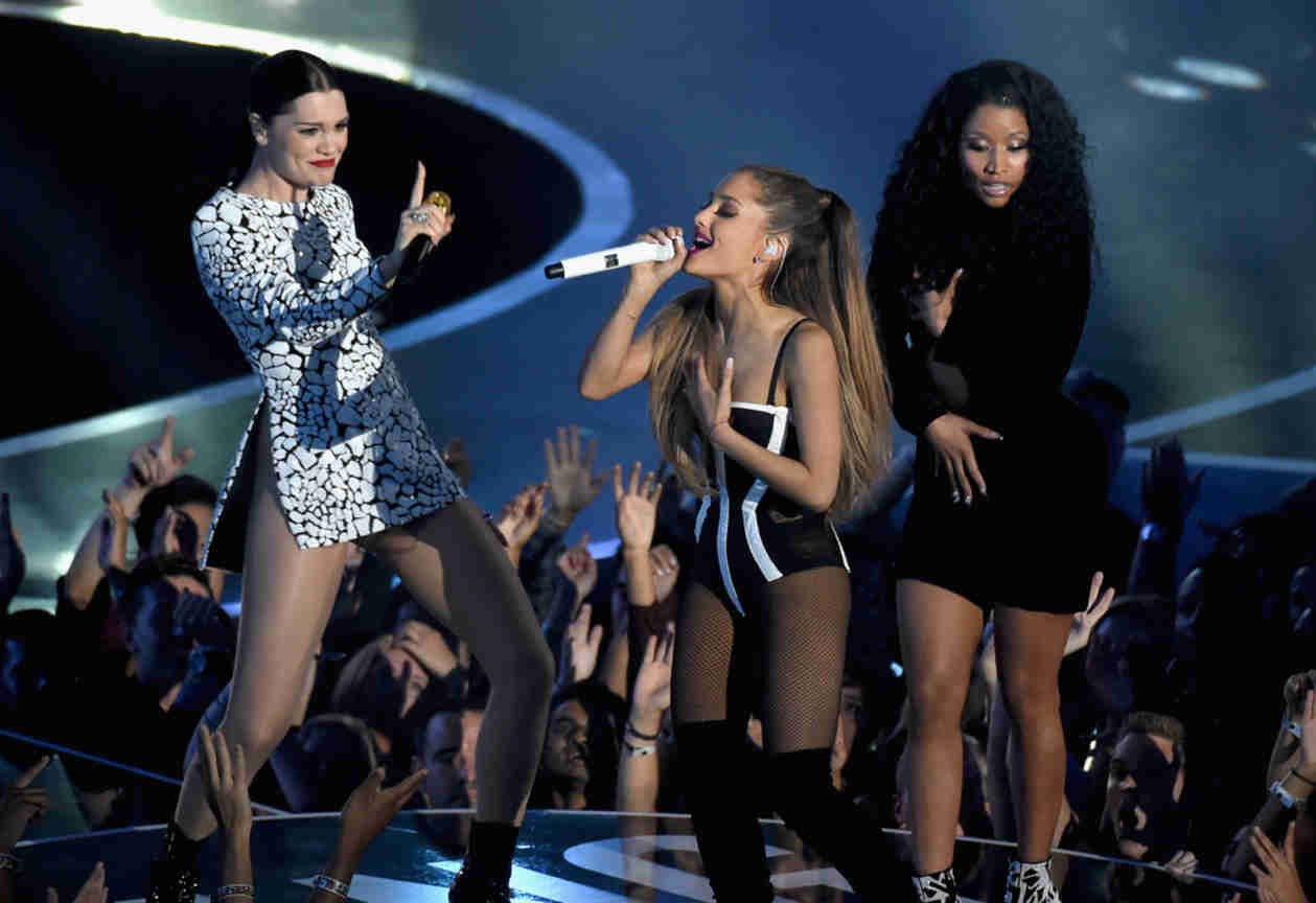 "2014 MTV VMAs: Nicki Minaj's Dress Busts Open During ""Bang Bang"" Performance (VIDEO)"
