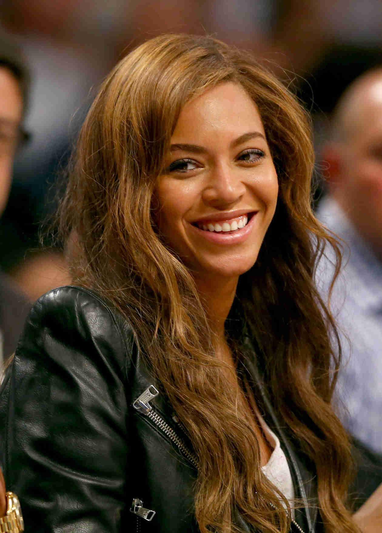 Beyoncé Shows Off Underboob in a Loose Crop Top (PHOTOS)