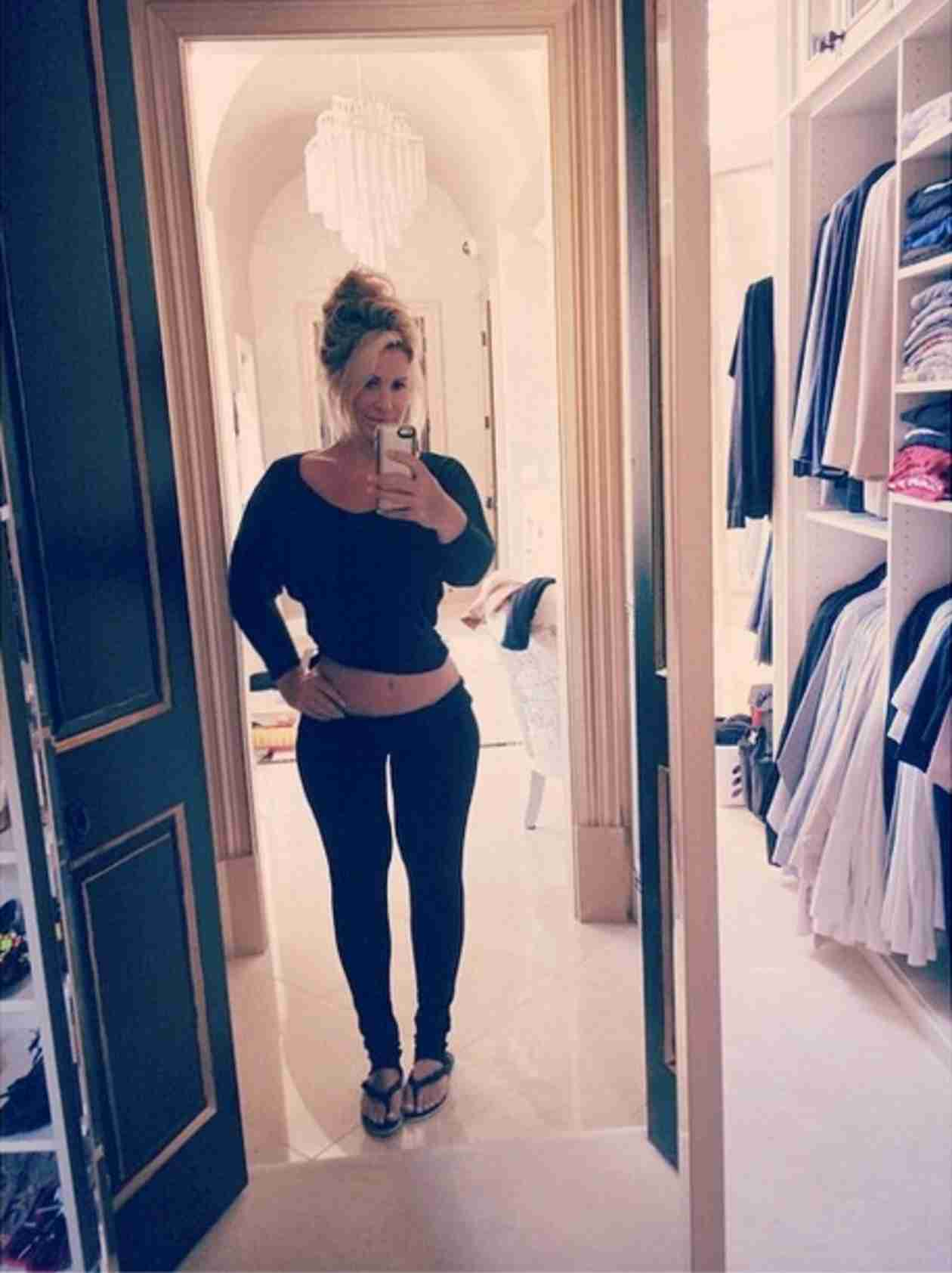 Kim Zolciak Shows Off Her Flat Stomach… in Sweats! (PHOTO)