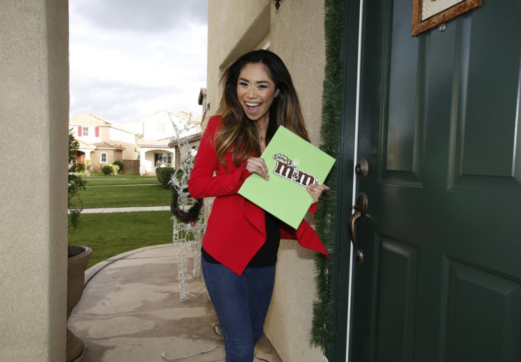 Jessica Sanchez sharing M&M'S Crispy with Fans