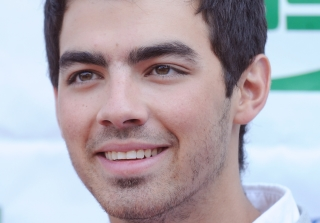 "Joe Jonas Told To Keep a ""Comfortable Distance"" From Britney Spears"