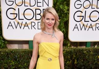 Naomi Watts Trips on Emma Stone\'s Dress at 2015 SAG Awards (VIDEO)