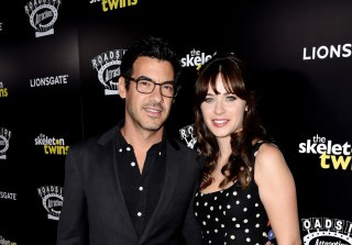 Pregnant Zooey Deschanel Is Engaged! (VIDEO)