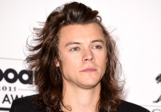 Harry Styles Signs Record Deal, Shows Off New Haircut  (PHOTOS)