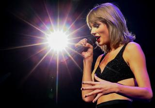 2015 MTV VMAS: Taylor Swift Debuts \