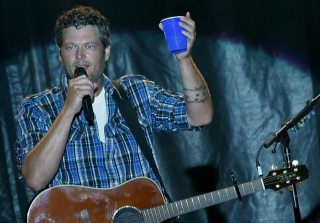 "Blake Shelton ""Needs Rehab"" & Is ""Out of Control"" — Report"