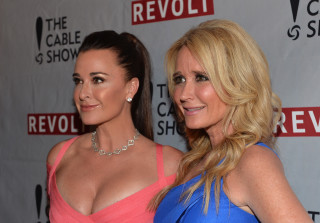 "Kyle Richards\' Reunion Photo With Sis Kathy Hilton ""Staged"" — Report"