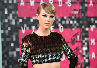 Taylor Swift Blew Her Nose at the 2015 MTV VMAs, Didn't Snort Cocaine — Because Duh!