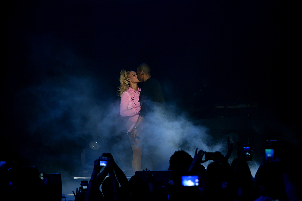 beyonce tells assistant to stop it at tidal x concert red carpet video. Black Bedroom Furniture Sets. Home Design Ideas