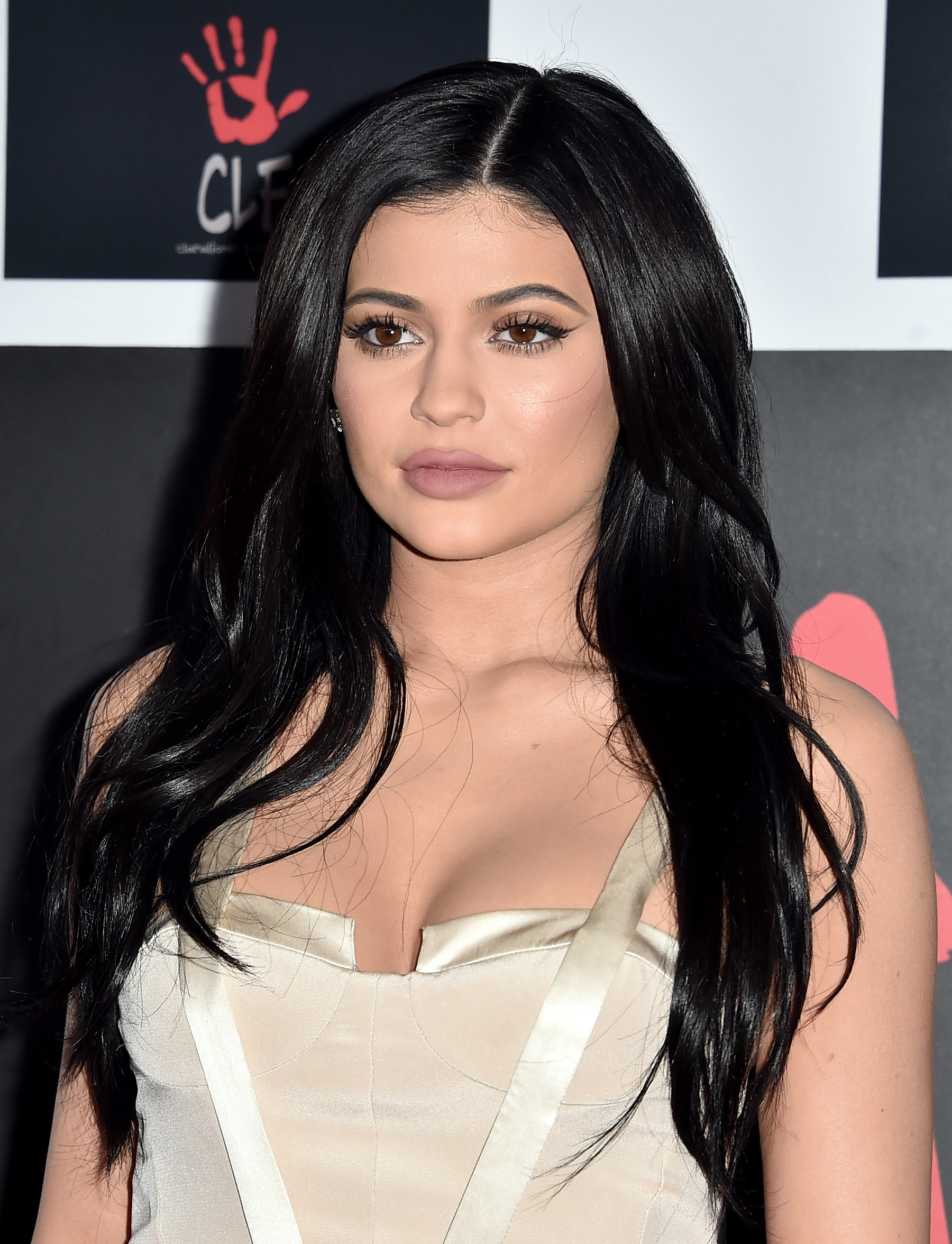 Kylie Jenner Goes Bridal Chic On Red Carpet (PHOTOS