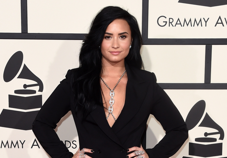 grammy awards 2016 red carpet demi lovato