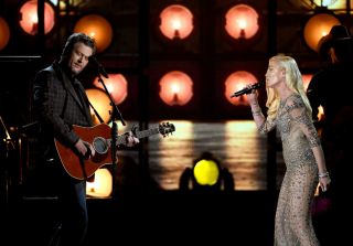 2016 Billboard Music Awards: Blake Shelton & Gwen Stefani Duet Again (VIDEO)