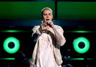 Justin Bieber Performs Hours After Spraining His Ankle (PHOTOS)