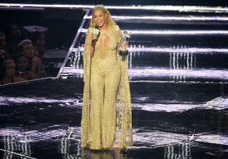 2016 MTV VMAs: Beyonce Performs \'Lemonade\' Hits in Surprise Performance